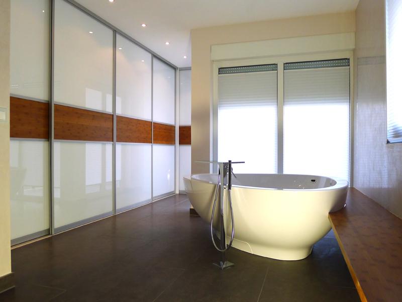 Schiebetürsystem in weißem Glas und Bambus