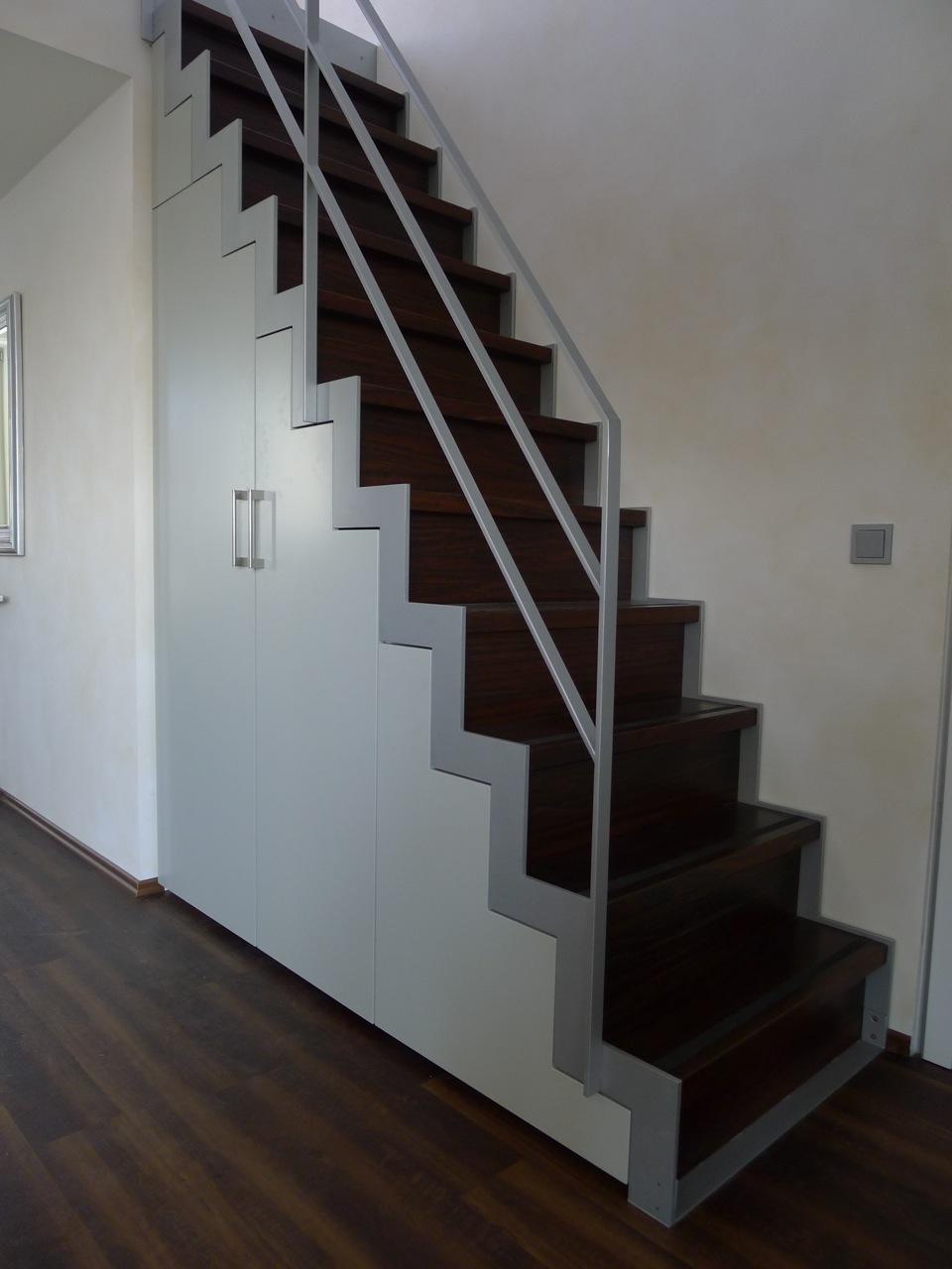Schrank unter Treppe, Fronten lackiert