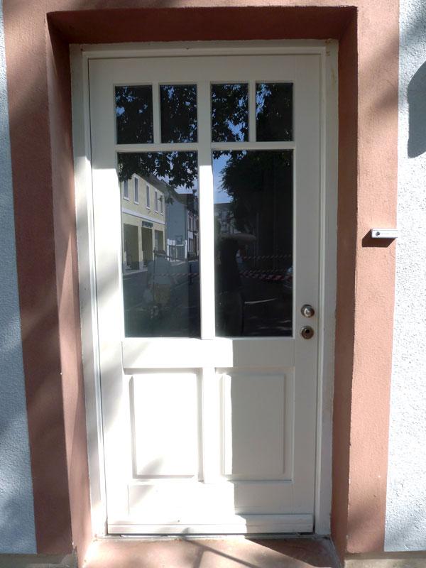 Haustür mit Sprossen