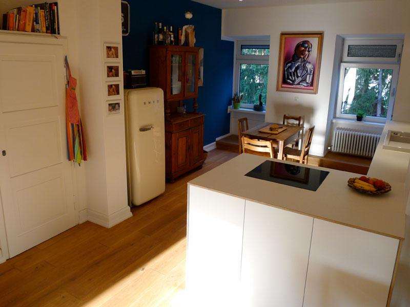Altbau: Wohnküche in weißem Multiplex