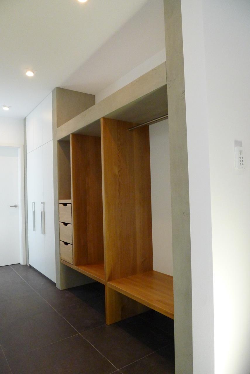 Garderobe in Eiche, Beton und weißen Schränken
