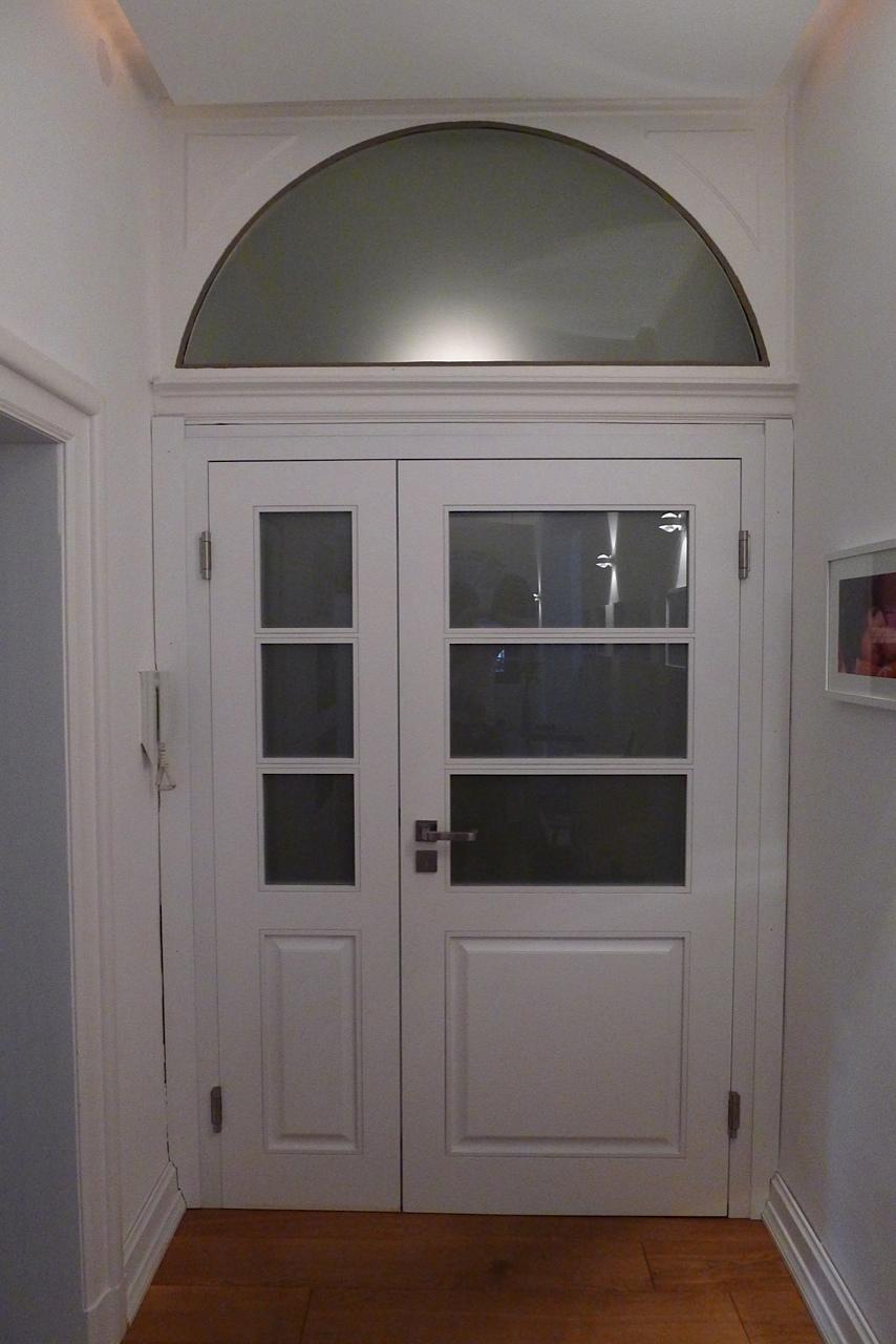 Wohnungseingangstür mit Rundbogen. Drücker: HEWI Serie 100