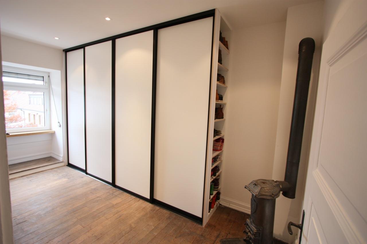 Garderobe mit Schiebetüren - schwarz-weiß