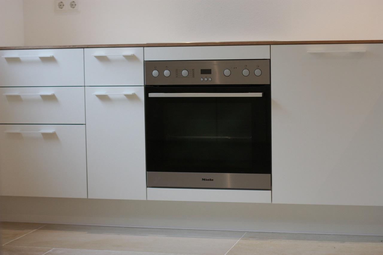Frontalaufnahme Küche weiß, Multiplex weiß beschichtet