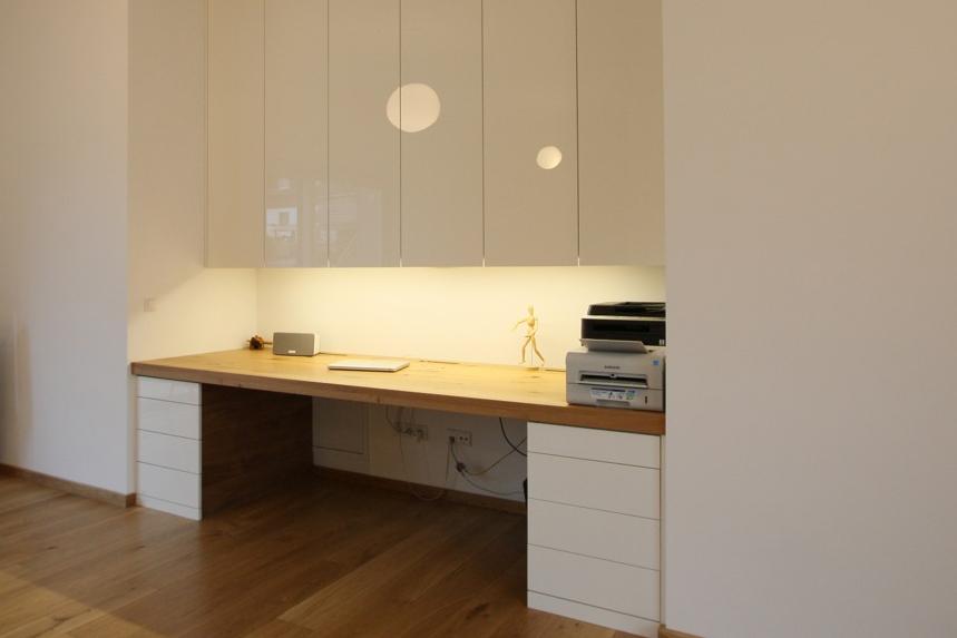 Home office. Schreibtisch mit astiger Eiche, Schrankfronten Hochglanz, grifflos