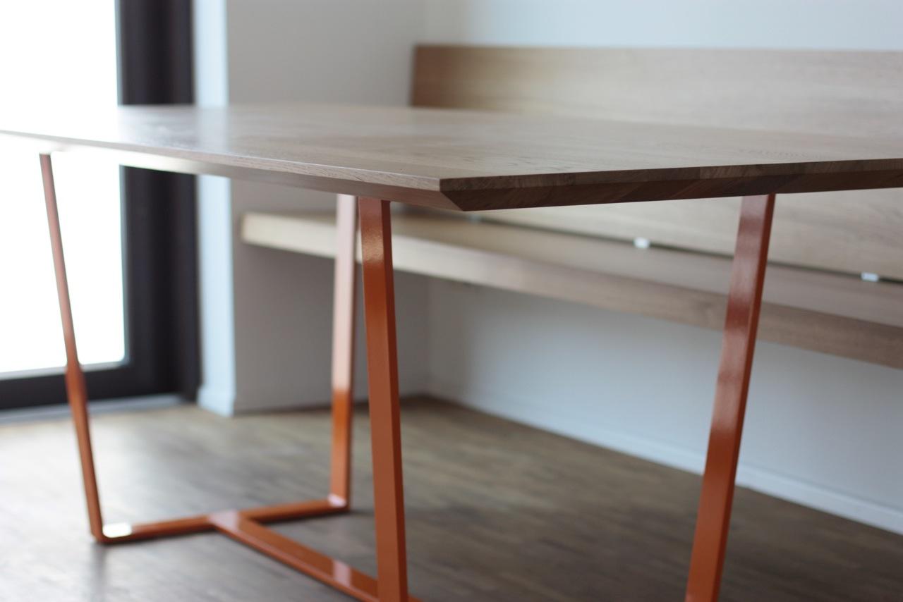 Tisch + Bank: Eiche mit Stahlgestell, pulverbeschichtet