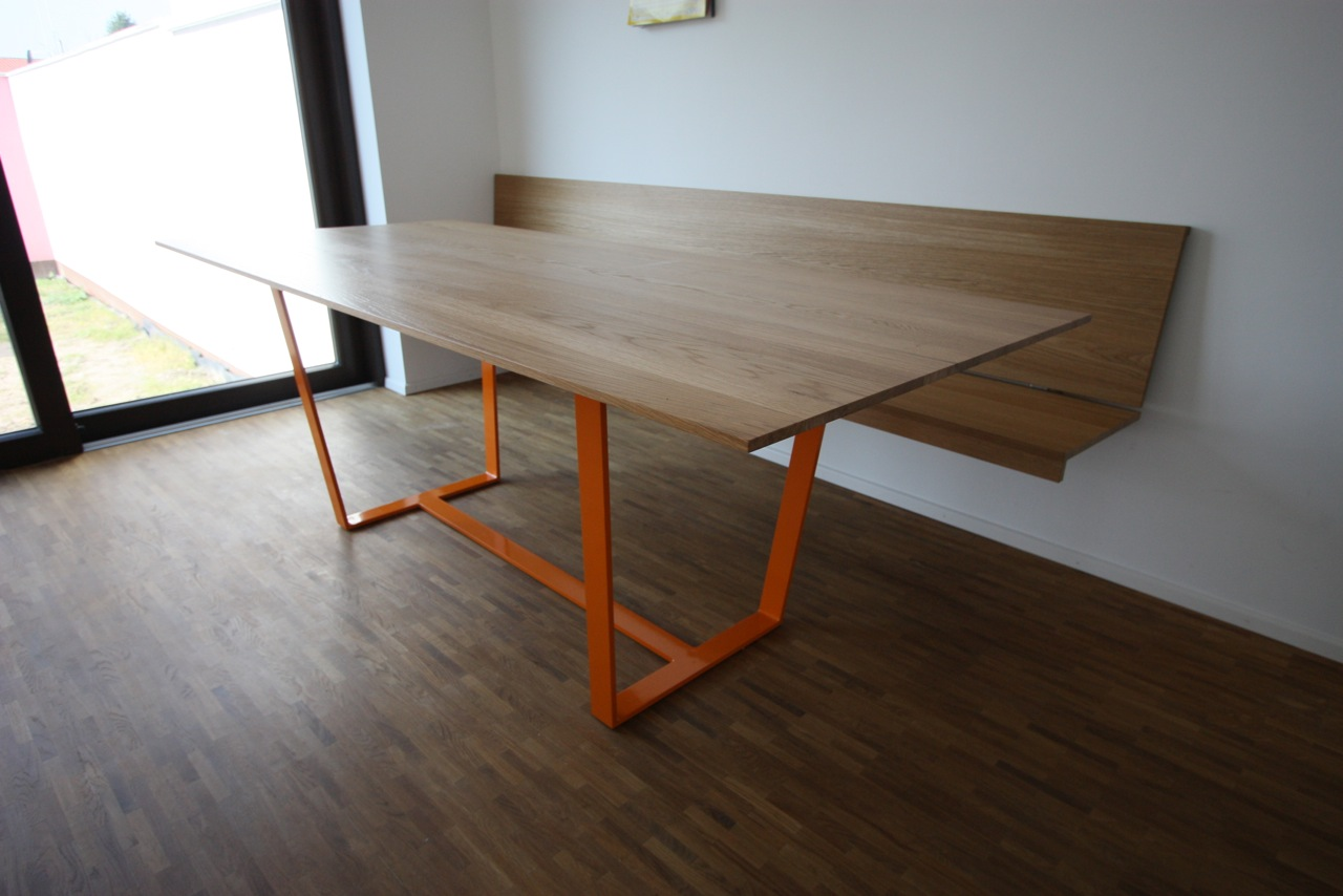 Tisch in Eiche, Untergestell Stahl pulverbeschichtet, hängende Bank: Eiche