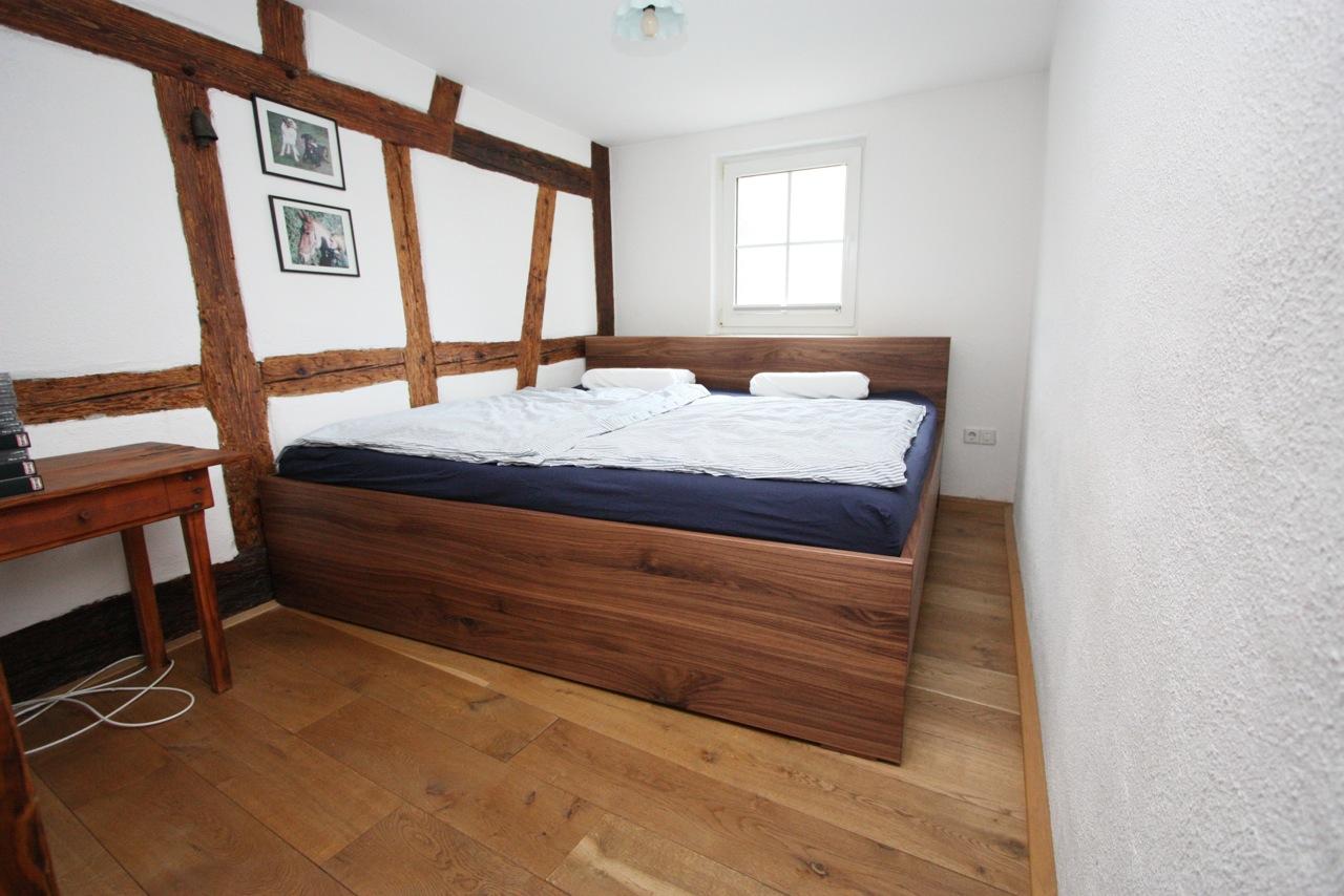 Bett aus amerikanischem Nussbaum