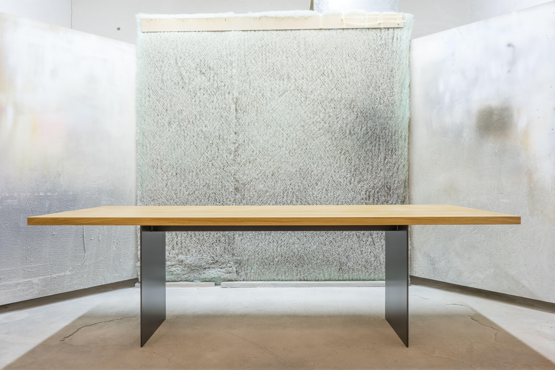 Tisch mit Stahlwange