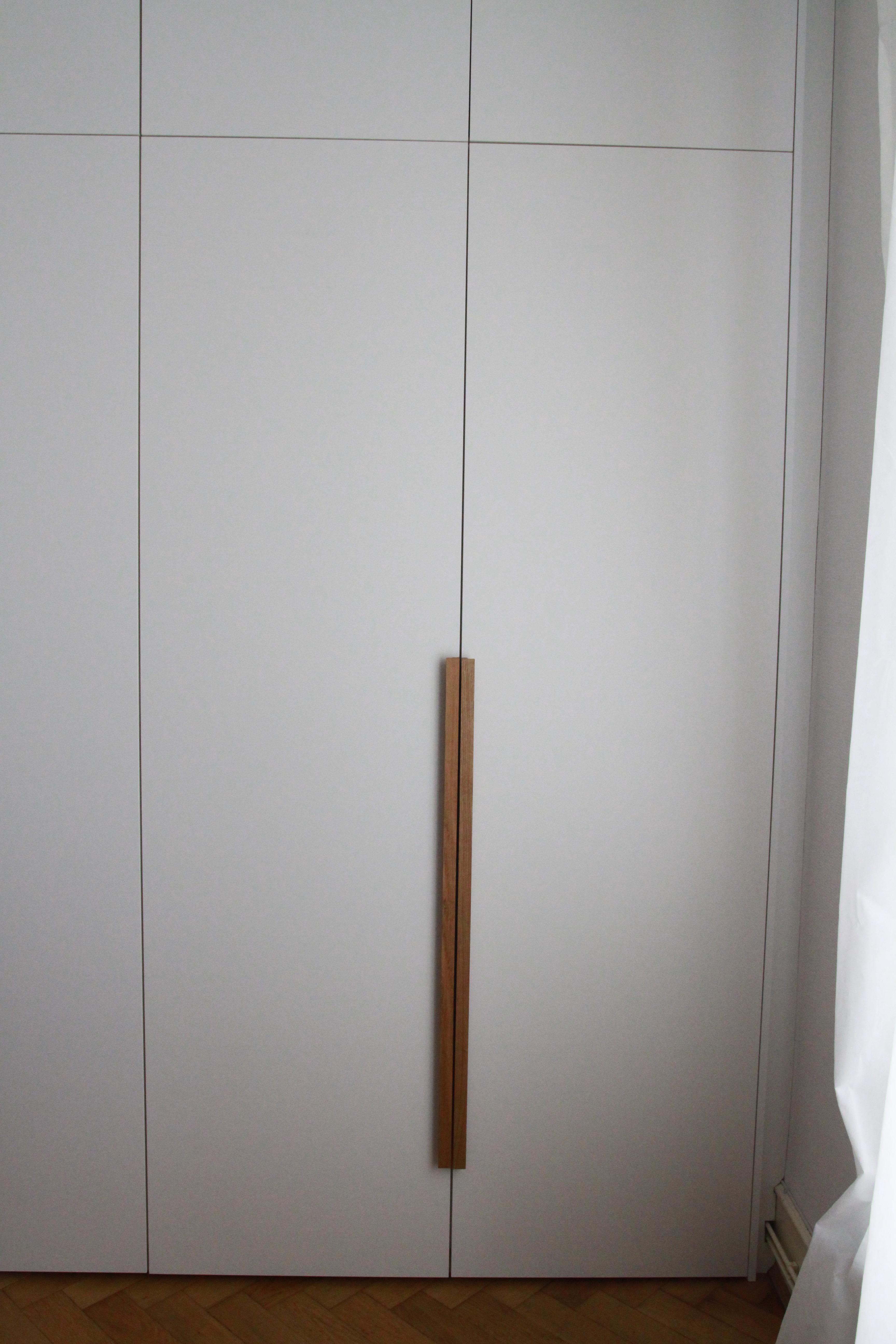Kleiderschrank mit Griffleisten aus massiver Eiche
