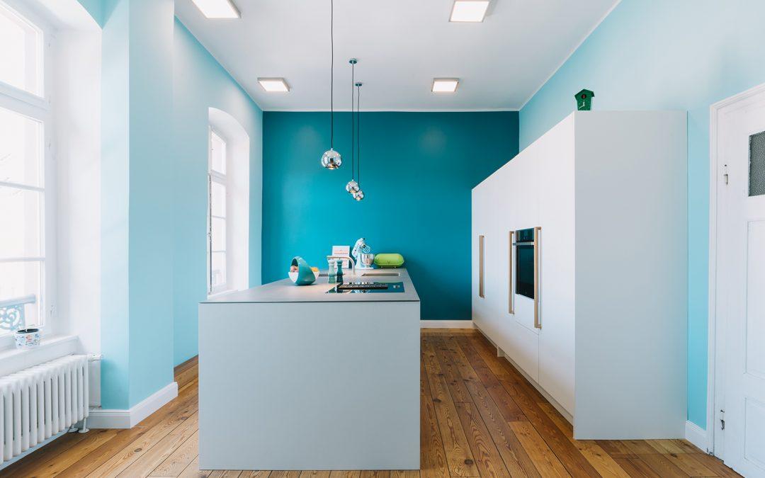 Küche IO:  Weißlack, Eiche, Edelstahl